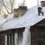 уборка снега и наледи с крыши загородного дома