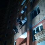 промышленные альпинисты работают ночью