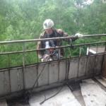 иногда приходится спускаться с балконов